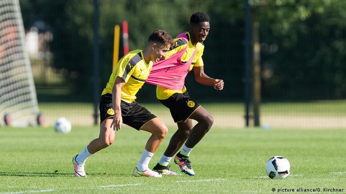 Fussball 1.Bundesliga Training Borussia Dortmund BVB Emre Mor und Ousmane Dembele (picture alliance/G. Kirchner)
