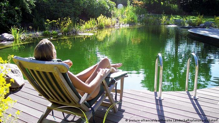 Frau im Liegestuhl an ihrem Gartenteich (picture-alliance/dpa/Manzke Landschaftsplanung Volkstorf)