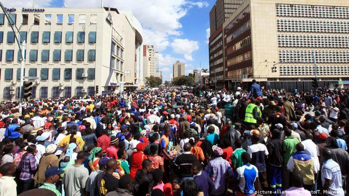 Simbabwe - Mugabe Befürworter versammeln sich in Harare