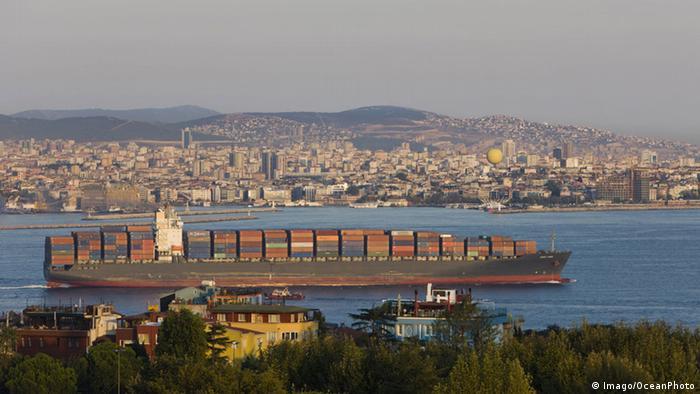 Türkei Istanbul Containerschiff