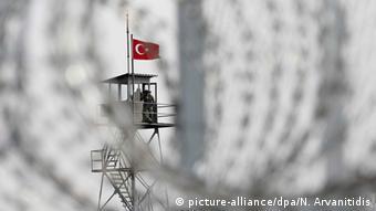 Η Αθήνα διερευνά τις αιτιάσεις για επαναπροωθήσεις Τούρκων πολιτικών προσφύγων πίσω στην Τουρκία, γράφει η NZZ.