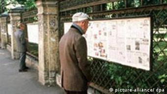 Mann ließt Zeitung in Sankt Petersburg Russland