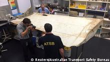 Australien Untersuchung von Wrackteilen eines Flugzeugs
