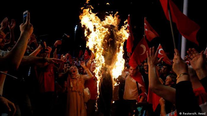 Türkei Anhängern Erdogans verbrennen Bildnis von Fethullah Gülen (Reuters/A. Awad)