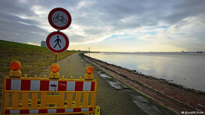 The construction site of the Offshore-Terminal Bremerhaven (OTB) in the mudflats of the Weser river (Photo: BUND/M. Rode).