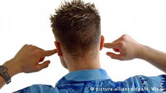 Mann hält sich die Ohren zu Lärm