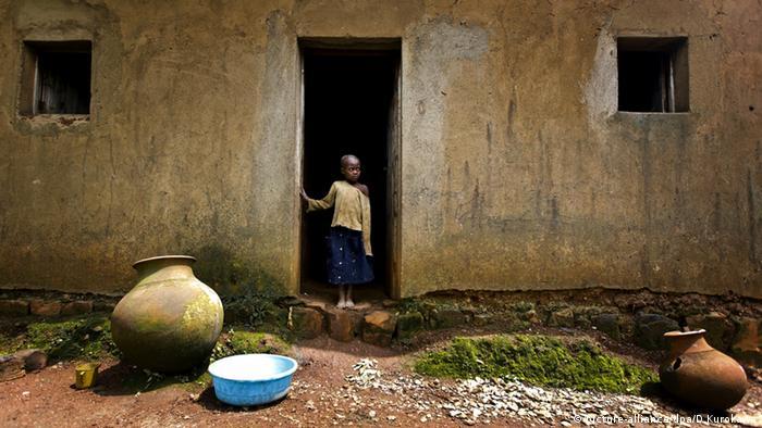 Ruanda Armut Kind Haus (picture-alliance/dpa/D.Kurokawa)