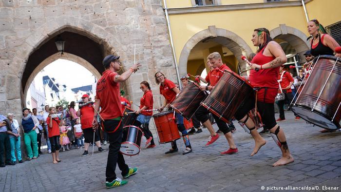Samba-Trommler spielen vor Zuschauern Foto: David Ebener/dpa