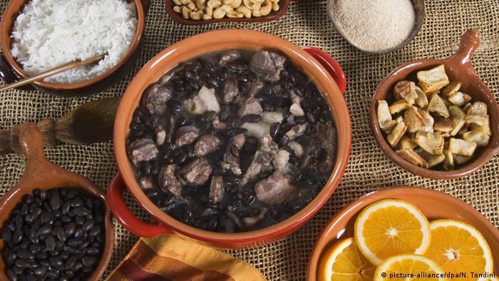 Bohneneintopf Feijoada mit Beilagen auf einem Tisch Foto: picture-alliance/dpa/N. Tondini