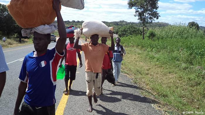 Moçambicanos a caminho de Mugeba, província da Zambézia (2016)