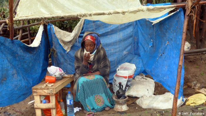Äthiopien - Zerstörte Häuser und deren ehemalige Bewohner in Addis Abeba