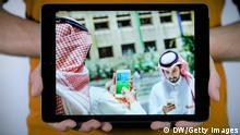 Titel: My Picture of the Week Was sieht man auf dem Foto? Zwei Saudis spielen Pokémon Go Copyright: DW Das Originalbild hatte folgende Angaben: Caption: Saudi men play with the Pokemon Go application on their mobiles in the capital Riyadh on July 17, 2016. / AFP / STRINGER (Photo credit should read STRINGER/AFP/Getty Images) DW/Getty Images
