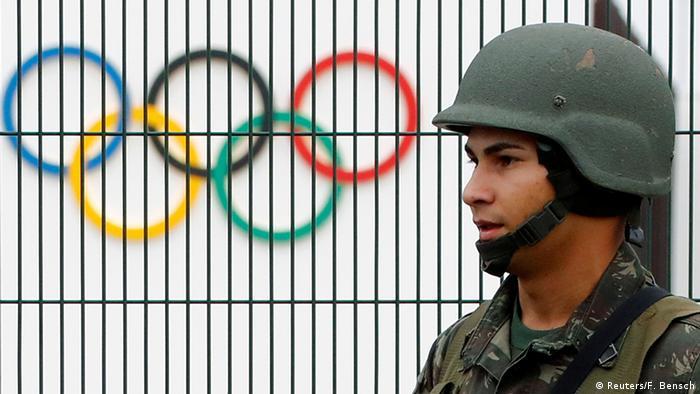 Brasilien Soldat patrolliert Rio de Janeiro