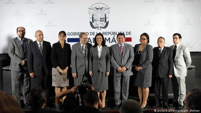La entonces vicepresidenta y ministra de Exteriores panameña, Isabel de Saint malo (centro), durante la presentación de un evento, el 20.07.2016, en Ciudad de Panamá.