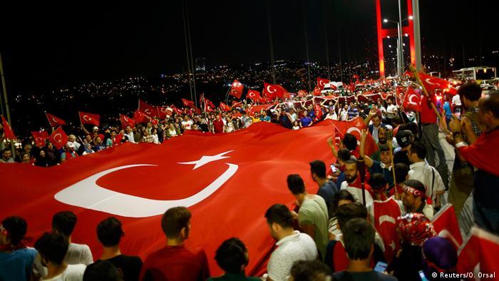 Am 21.07.2016 sind erneut tausende Anhänger der türkischen Regierung auf die Brücken und zentralen Plätze gezogen. (Foto: Reuters)