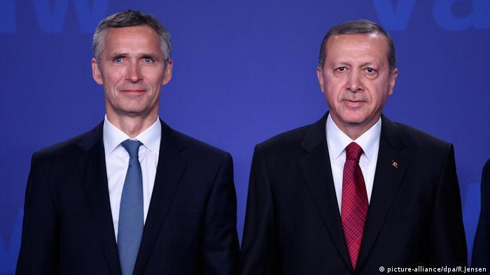الرئيس التركي مع أمين عام حلف شمال الأطلسي خلال قمة لحلف الناتو في واسو يومي 8 و9 تموز/ يوليو 2016