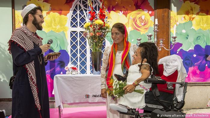 O imã Ludovic-Mohamed Zahed abençoa um casal lésbico, em Estocolmo em 2014