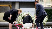 22.07.2016+++Oslo,Norwegen Norway's Prime Minister Erna Solberg (L), Crown Princess Mette-Marit (C) and Crown Prince Haakon (R) place a wreath at a memorial ceremony in the government quarter in Oslo, Norway, 22 July 2016. Norway marks the fifth anniversary of the twin Oslo-Utoeya massacre by self confessed killer Anders Behring Breivik. Right-wing extremist Anders Behring Breivik was sentenced to 21 years in prison in August 2012 for the bomb and shooting attacks in 2011 in Oslo and at a political youth camp near the capital. It was the worst acts of violence in Norway since World War II. EPA/VEGARD WIVESTAD GROETT NORWAY OUT +++(c) dpa - Bildfunk+++ | Copyright: picture-alliance/dpa/V. Wivestad Groett