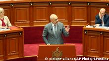 Albania's Prime Minister Edi Rama speaks at the Parliament after approving the judicial reform package, Tirana, Friday, 2016. The reforms, prepared over the past 18 months with the assistance of EU and U.S. experts and reviewed by the Council of Europe's Venice Commission, are considered key to convincing the European Union to launch membership negotiations with the Balkan country. (AP Photo/Hektor Pustina)   picture-alliance/AP Photo/H.Pustina