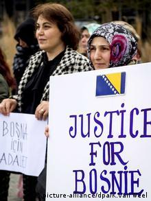 Den Haag Bosnien Niederlande Radovan Karadzic Demonstranten (picture-alliance/dpa/K.Van Weel)