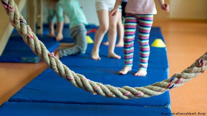 Deutschland Kinder haben Sportunterricht in einer Kita (picture-alliance/dpa/A. Burgi)