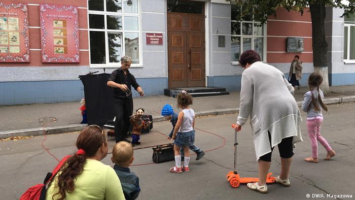Дети играют на улице с родителями