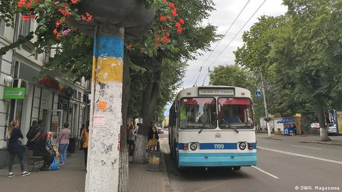 Троллейбус на остановке