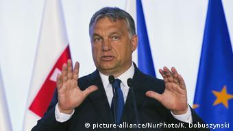 Viktor Orban mit erhobenen Händen (Foto: picture-alliance/NurPhoto/K. Dobuszynski)