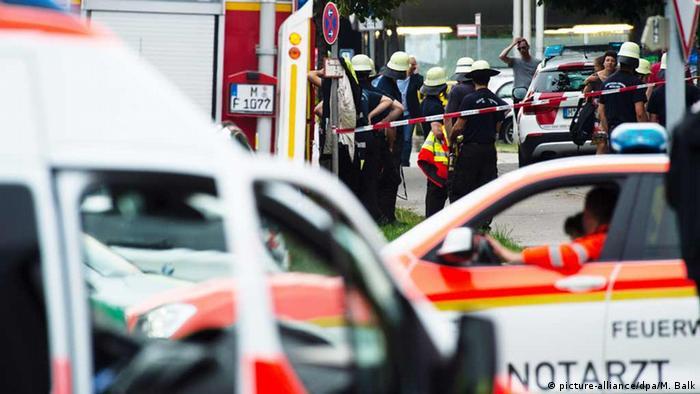 Deutschland Feuerwehrleute sammeln sich am Olympia-Einkaufszentrum in München