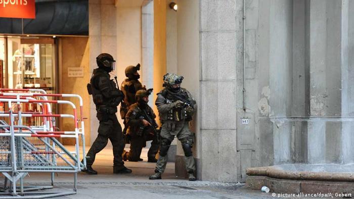 Deutschland Polizisten sichern nach einer Schießerei das Gelände