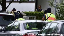 Deutschland Polizisten sichern ein Wohnviertel in der Nähe vom Einkaufszentrum