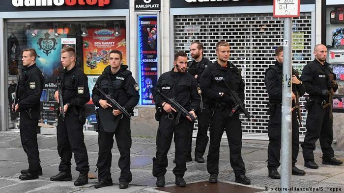 Deutschland Polizisten sichern nach der Schießerei das Gelände