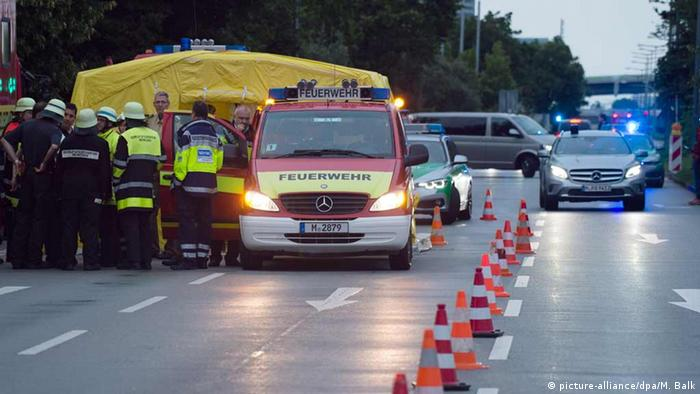 Deutschland Rettungskräfte der Feuerwehr in der Nähe des Einkaufszentrums