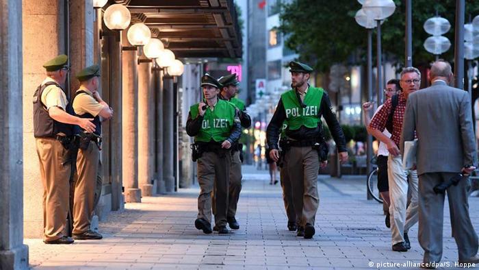 Deutschland Polizisten patrouillieren nach der Schießerei in der Fußgängerzone