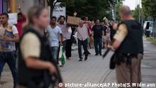 Deutschland Polizei begleitet Kunden aus dem Olympia Einkaufszentrum