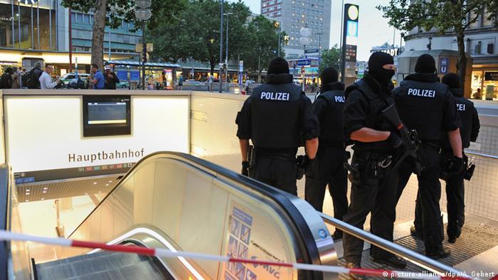 Policiais diante da estação central de Munique