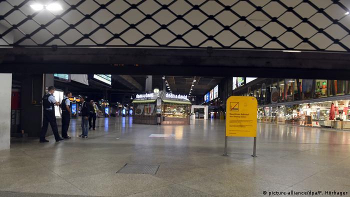 Deutschland Olympia Einkaufszentrum in München Hauptbahnhof Polizei