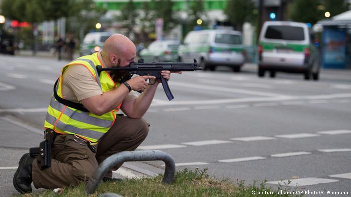 Policial durante a perseguição ao atirador: cidade viveu momentos de pânico após ataque