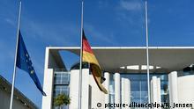 Deutschland Deutsche und europäische Flagge auf Halbmast in Berlin