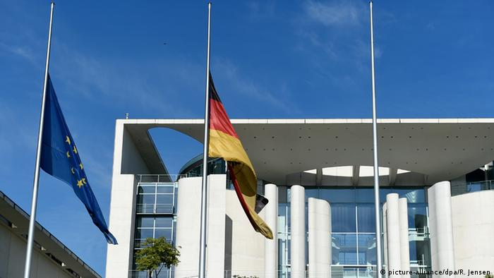 Chancellor's office Berlin with flags at half-mast (picture-alliance/dpa/R. Jensen)