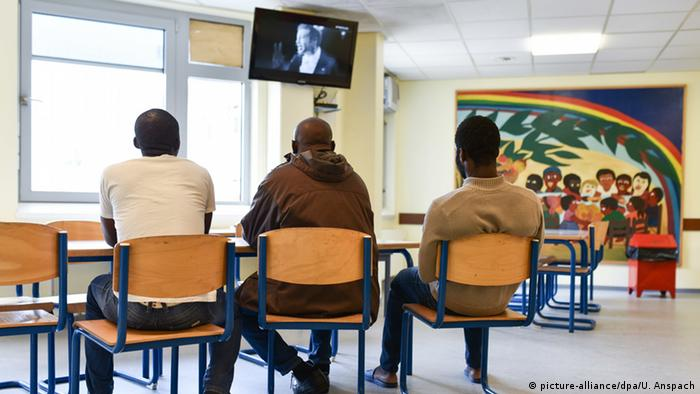 refugees watching TV in rec room Copyright: picture-alliance/dpa/U. Anspach