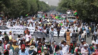 Demonstrators in Kabul who call for the transformation of exported power lines through Bamyian Province, in the central Afghanistan on 23 July (Photo: DW/H. Sirat)