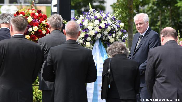 Nach Schießerei in München: Horst Seehofer bei Kranzniederlegung (Foto: picture-alliance/dpa)