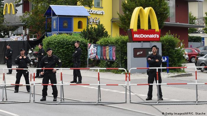 Место массового расстрела людей рядом с торговым центром Olympia в Мюнхене