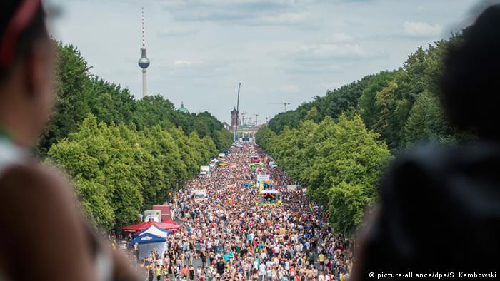 Christopher Street Day in Berlin (picture-alliance/dpa/S. Kembowski)