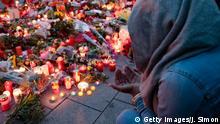 Deutschland München nach dem Amoklauf Trauernde
