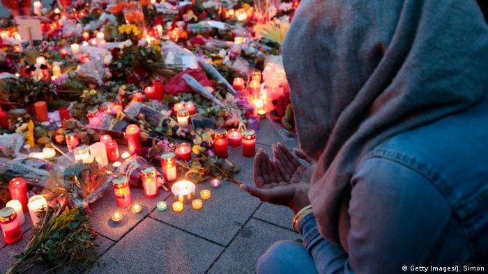 свечи в память о жертвах стрелка в Мюнхене