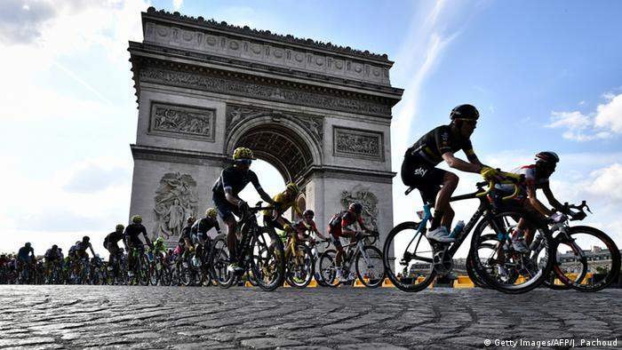 El francés Robert Marchand estableció al recorrer 22,547 kilómetros el récord mundial de la hora en bicicleta dentro de la categoría de corredores que, como él, tienen 105 o más años de edad. La proeza tuvo lugar en el velódromo nacional de Saint-Quentin-en-Yvelines. 04.01.2017