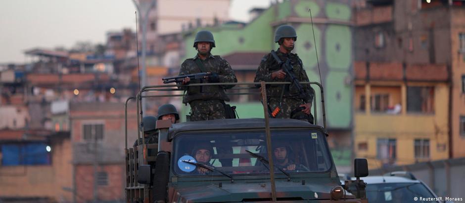 Soldados patrulham rua nos arredores do Complexo da Maré, que fica entre aeroporto e Zona Sul da cidade