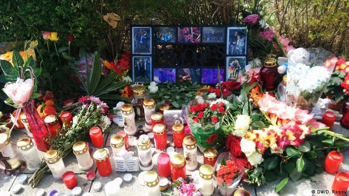 Blumen, Kerzen und Gedenkfotos (Foto: DW/D. Regev)